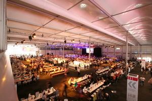 Und zu Essen und zu Trinken gab es im enorm großen Festzelt<br />