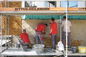 Das Ziegelmauerwerk veredelten die Maurer mit einem Schlämmmörtel<br />Fotos: Thilo Holzer / Lederer + Ragnarsdóttir + Oei