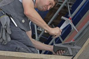 Links: Vorarbeiter der Dachdeckerei Blank bei SchieferarbeitenFotos: Robert Mehl