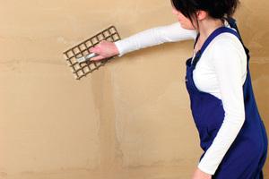 Sobald der Lehm getrocknet ist, kann er mit einem Reibebrett oder Gitterrabot (Putzhobel) ausgeglichen werden