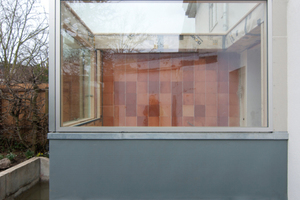 Die im vitrinenartigen Erker eingebauten Fenster werden nach außen geöffnet
