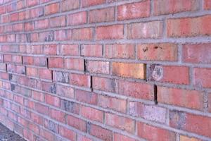 Durch kleine Lüftungs- und Entwässerungsschlitze im Sockel über der Z-Abdichtung wird Feuchte aus dem Mauerwerk geführt