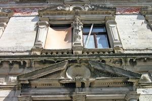 Eine Vielzahl von Gesimsen und Fensterbrüstungen waren nicht mehr vorhanden, andere Teile der Fassade fehlten ebenfalls oder drohten abzustürzen<br />