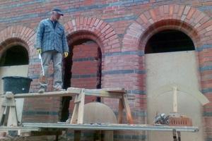 Aufmauerung von Rundbögen mit Formsteinen auf einer Baustelle in Görlitz<br />Foto: BauSpezi Kretschmer