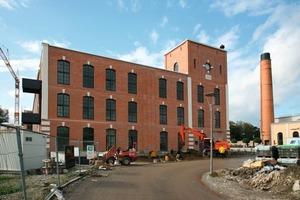 """links: In diesem als """"Spinnerei-Neubau"""" bezeichneten Industriebau entstanden dank eingestellter Raumzellen großzügige Loftwohnungen"""