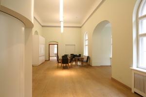 Leseraum im Obergeschoss. Links im Bild: der Fahrstuhl<br />
