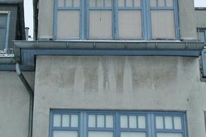 Wasser-Ablaufspuren an der WDVS-Fassade