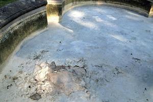 Links: Der Brunnen im Park der Villa Magni in Borgosesia war durch die abblätternde Beschichtung und zahlreiche Risse unansehnlich geworden