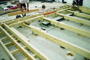 Davor bauten die Zimmerleute die Unterkonstruktion für das Podest, auf das die Tischler später den Toraschrein stellten