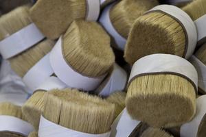 Aufgearbeitete Borsten für die Pinselproduktion, mehrfach gekocht und gerichtet Fotos: Mesko-Pinsel