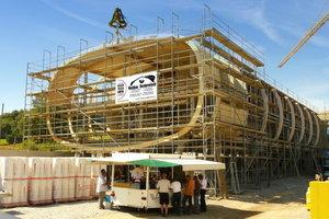 Die Unterkonstruktion der neuen Firmenzentrale von Carolinenbrunnen besteht aus gebogenen Leimholzbindern ...Fotos: Holzbau Vorderwisch