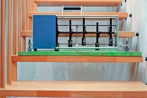 Manche Frequenzen, die auf Treppen entstehen, werden besser simuliert, wenn das Norm-Hammerwerk auf einer weichen Unterlage steht<br />Großes Bild: Ein Gummiball, der aus einer festgelegten Höhe auf die Treppe fällt, simuliert die tief frequenten Schwingungen, die beim Begehen von Treppen entstehen, besser als das Norm-Hammerwerk