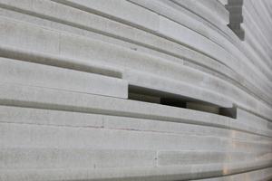 """Die aus gestapelten Gipsfaserplatten unterschiedlicher Dicke bestehenden Wände der Kapelle erzeugen ein Relief mit einem lebendigen Spiel von Licht und Schatten<span class=""""bildnachweis"""">Foto: Knauf</span>"""