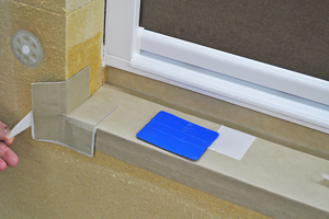 Trennstreifen abziehen, Fassadenecken und Fensterecken ankleben