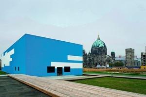 Die von Adolf Krischanitz entworfene Temporäre Kunsthalle auf dem Schlossplatz in Berlin wird durch ihre Fassadengestaltung selbst zum Kunstwerk. Bis vor kurzem waren hier die beiden oben auf dem Bild gezeigten Pixel-Wolken von Gerwald Rockenschaub zu sehen<br />
