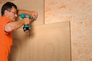 Befestigung der Wandflächenheizelemente mit Tellerdübeln<br />