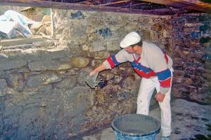 Wie hier auf unebenem Bruchsteinmauerwerk, ist ein Vorspritz zur Haftungsverbesserung unbedingt notwendig<br />Fotos (2): Baumit