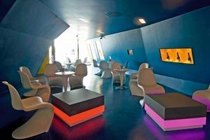 """Gefaltete Boden-, Wand- und Deckenflächen bilden im """"Terminal C"""" eine dynamische Raumkonzeption<br /><span class=""""bildnachweis"""">Foto: Saint-Gobain Rigips GmbH / Linus Lintner</span>"""