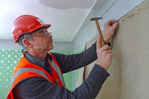 Vorbereitende Arbeiten für die Befestigung der Tapeten