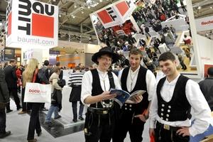 Blick über den Tellerrand des eigenen Gewerks hinaus: Zimmerleute informieren sich auf der BAU in München über Putz und Farbe<br />Foto: Messe München