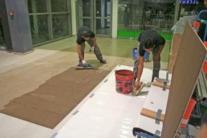Rechts: Auf dem alten Boden erstellen die Handwerker ein Kleberbett