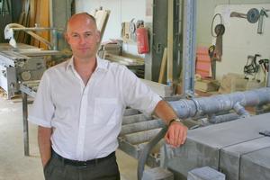 Thomas Wieckhorst, Chefredakteur der bauhandwerk, in der Werkstatt der Okel GmbH in Diemelstadt (ab Seite 61)<br />Kontakt: 05241/801040, thomas.wieckhorst@bauverlag.de