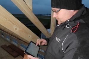 """Ruck-zuck gemacht: Auf der Baustelle werden die """"Stundenzettel"""" auf dem iPad ausgefüllt – schneller und sauberer als auf Papier Foto: Thomas Schwarzmann<br />"""