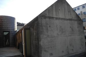 Die ungeschützt erstellte Beton-Außenhülle des Nebengebäudes einer jüdischen Begegnungsstätte auf dem Gelände einer alten Synagoge wies massive Schäden in der Stahlbetonhülle auf. Zusätzlich gab es Schimmelschäden im Innenraum. Die Instandsetzung gelang durch die Erstellung einer wasserdichten Innenschale, die es ermöglichte, das äußere Erscheinungsbild des denkmalgeschützten Baus unverändert zu belassen. Dabei konnten durch ein spezielles, vom Innenraum aus ausgeführtes Injektionsverfahren Rissweiten von bis zu 0,1 mm mit Polyurethan verpresst werden. Foto: Rita Jacobs