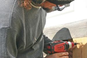 """Schreiner Knut Nitschmann befestigt mit dem Akkuschrauber die Unterkonstruktion einer Fassadenschalung<span class=""""bildnachweis"""">Foto: Rüdiger Sinn</span>"""