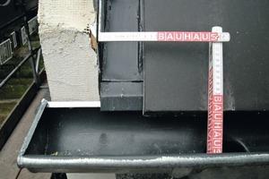 Rechts: Detail: Anschluss des WDV-Systems an das Dach<br />