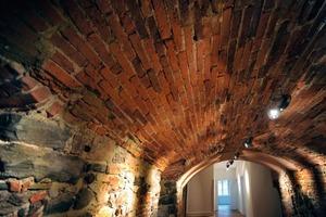 """<div class=""""99 Bildunterschrift_negativ"""">Der überwiegende Teil des im zweiten Obergeschoss vorhandenen massiven Tonnengewölbes konnte mit dem originalen Ziegelmaterial restauriert werden</div>"""