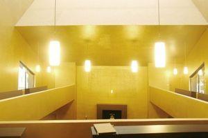 Blick von der Empore in den golden schimmern Lichtraum über den Betern
