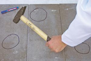 Betonoberflächen kann der Handwerker mit einem Hammer auf Hohllagen untersuchen. So kann er ermitteln, an welchen Stellen der Untergrund fehlerhaft ist