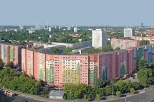 Die im August dieses Jahres von der Dekorative City abgeschlossene Malerei auf der Fassade eines WBS 70/11 Plattenbaus in BerlinFriedrichsfelde ist mit 22000 m<sup>2</sup> das größte bewohnte Wandbild der Welt
