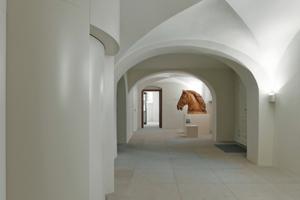 Das wieder hergestellte Kreuzgewölbe im Erdgeschoss und der Fahrstuhl (links im Bild)