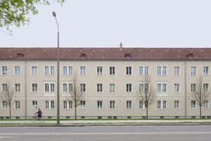 In den sechs am Rande der Cottbuser Innenstadt um einen grünen Innenhof gruppierten Mehrfamilienhäusern aus den 1950er-Jahren befinden sich insgesamt 216 Wohnungen