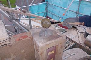Lockere Fialen wurden mit einem Edelstahlgewindestab und Bleiverguss neu befestigt