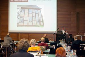 Tischlermeister Guido Kramp stellt in seinem Vortrag zwei Beispiele der energetischen Sanierung von Baudenkmalen auch unter Kostenaspekten vor<br /><br />