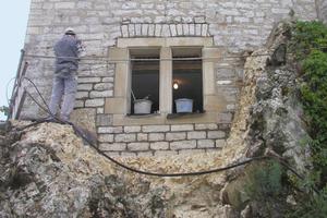 Am Schloss Uhenfels stellte die Dengl-Bau GmbH mit Sandsteingewänden im Natursteinmauerwerk nach historischem Vorbild eine neue Fensteröffnung her