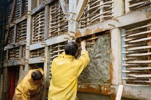 Daneben: Für das Flechtwerk wird biegsames Holz verarbeitet, das abwechselnd von rechts und von links verflochten werden muss