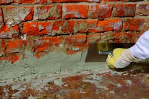 Der Fußpunkt der Mauer wird mit dem Hohlkehlenspachtel vorgeschlämmt, die Kehlnut ausgespachtelt <br />