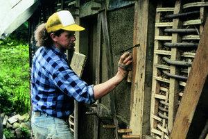 """<div class=""""4.6 Bildunterschrift"""">Zur Restaurierung von Fachwerkwänden gehören auch Lehmputzarbeiten auf Weidengeflecht</div>"""