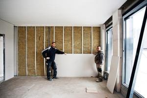 Rechts: Der komplette Innenausbau erfolgte trocken mit Gipsfaserplatten auf einer Metallunterkonstruktion<br />