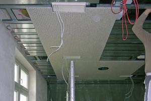 """Im so genannten """"Boardroom"""" wurden Lüftungsschienen und ein rahmenloses Lichtschienensystem längsgerichtet montiert"""