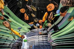 Bunt, auffallend und leicht: Die Egger Eurolight Leichtbauplatten prägen in bunten Farben und geschwungenen Formen das Bild der Ausstellung im Deutschen Pavillon