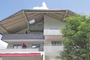 Nachher: Die Dachuntersicht des Gebäudes harmoniert mit der neuen Balkonverkleidung
