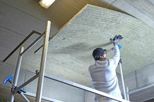 """Links: Die """"Conlit Steelprotect Boards"""" sind sehr leicht, was die Arbeit über Kopf wesentlich erleichtert<span class=""""bildnachweis"""">Fotos: Rockwool</span>"""