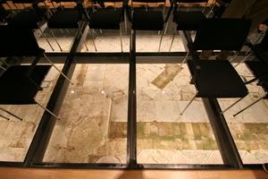"""Blick auf die Überreste des einstigen Potsdamer Stadtschlosses durch das """"archäologische Fenster"""" im Fußboden einen Vortragsraumes"""