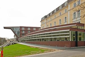 Die markante Eingangsüberdachung stellt optisch die Verbindung zwischen den alten und neuen Gebäudeteilen der Tourismusschule in Bad Gleichenberg her