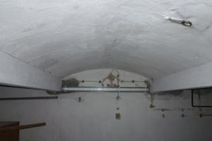 Rechts: Brandschutztechnische Bekleidung von bestehenden Stahlträgern mit Putz<br />Foto: Gerd Geburtig